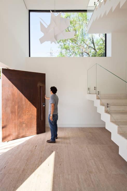 HALL DE ENTRADA: Corredores e halls de entrada  por Conrado Ceravolo Arquitetos