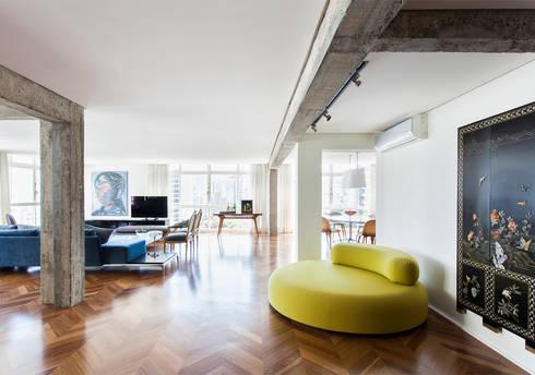 Apto. Rio de Janeiro: Salas de estar minimalistas por RSRG Arquitetos