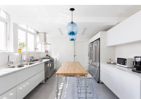 Apto. Rio de Janeiro: Cozinhas minimalistas por RSRG Arquitetos