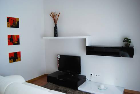 Caldas da Rainha: Salas de estar modernas por Assimetrias  (contacto: info@assimetrias.pt)