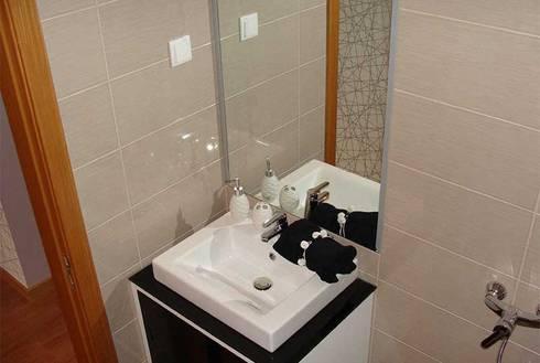 Caldas da Rainha: Casas de banho modernas por Assimetrias  (contacto: info@assimetrias.pt)