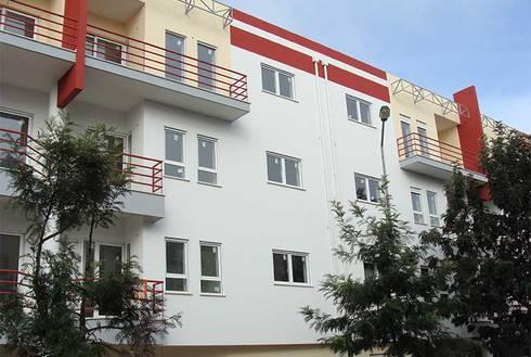 Caldas da Rainha: Casas modernas por Assimetrias  (contacto: info@assimetrias.pt)