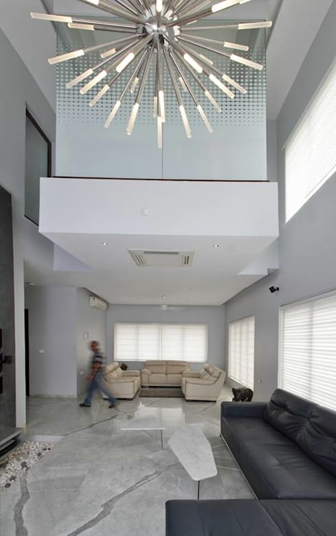 Babu Residence:  Living room by Planet 3 Studios P Limited