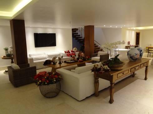 Residência de Praia: Salas de estar rústicas por Tupinanquim Arquitetura Brasilis