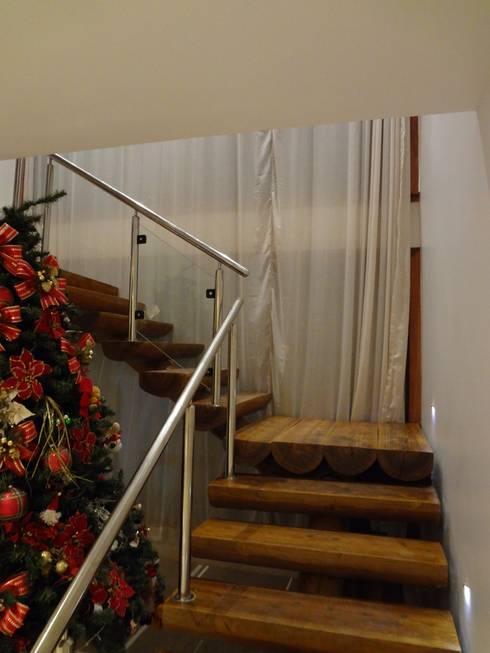 Pasillos y recibidores de estilo  por Tupinanquim Arquitetura Brasilis