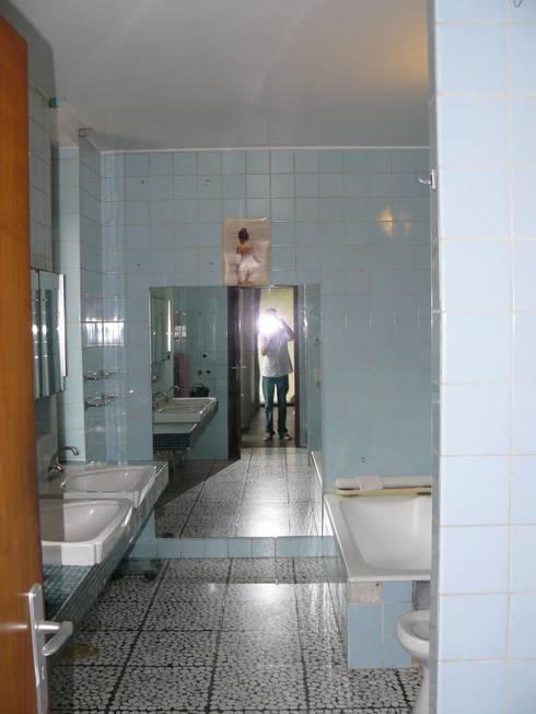 Avant: Salle de bains de style  par Olivier De Cubber - Architecture d'intérieur, design & décoration