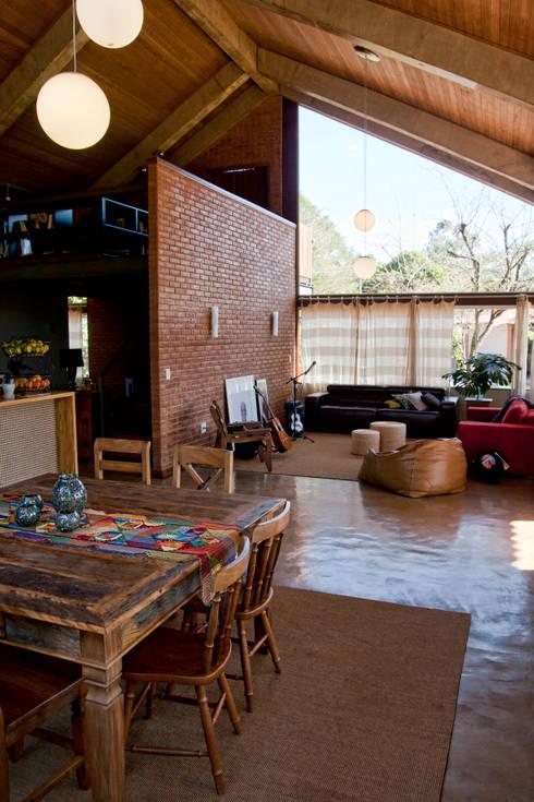 Residência HB: Salas de estar rústicas por Quinta