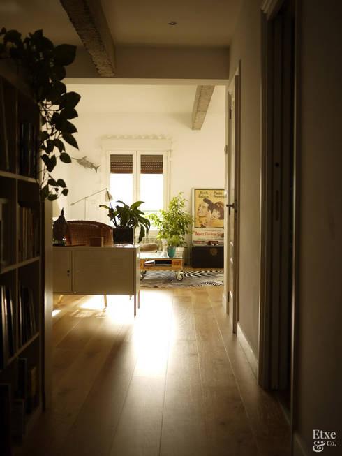 Pasillo con suelo de madera.: Salas multimedia de estilo mediterráneo de Etxe&Co