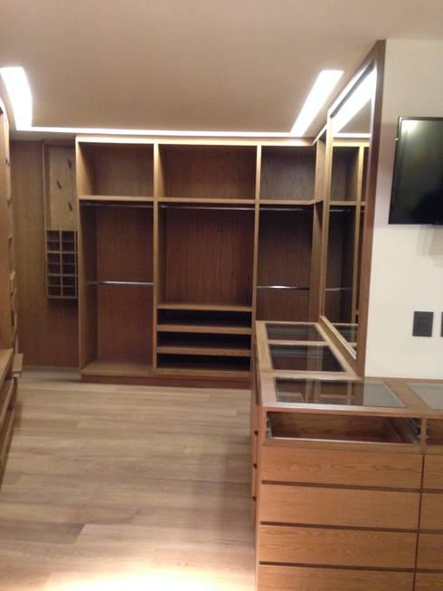 DEPARTAMENTO REFORMA: Vestidores y closets de estilo moderno por Diseño Integral En Madera S.A de C.V.