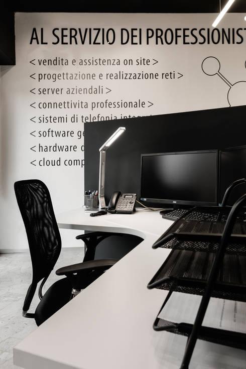 Oficinas y Tiendas de estilo  por Marg Studio