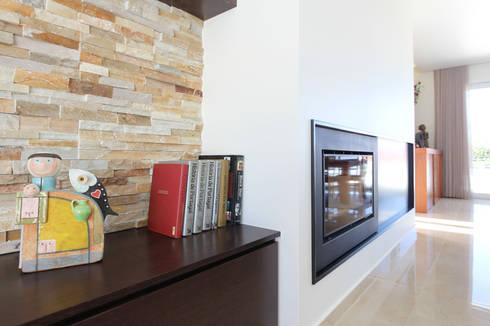 Moradia em Caldas da Rainha: Salas de estar modernas por SOUSA LOPES, arquitectos