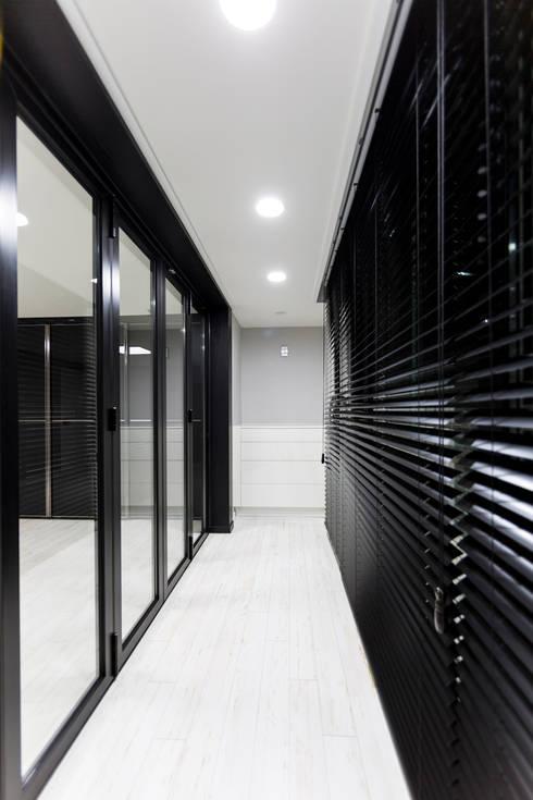 광진구 현대아파트 35평 : dual design의  복도 & 현관