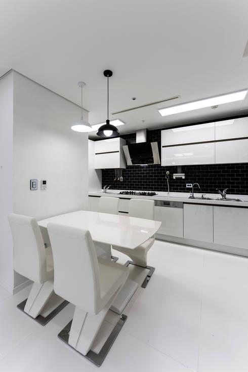 소공동 남산롯데캐슬 47평: dual design의  다이닝 룸