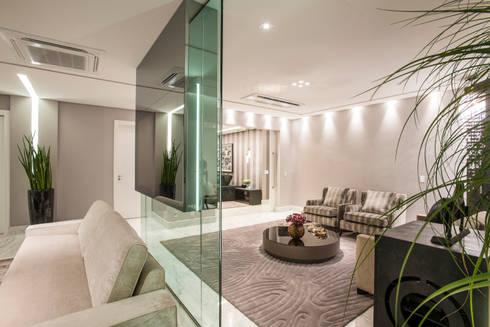 Residência DF: Salas de estar modernas por Adriana Di Garcia Design de Interiores Ltda