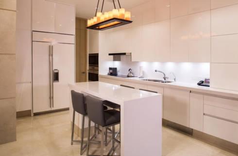 COCINA: Cocinas de estilo moderno por Rousseau Arquitectos