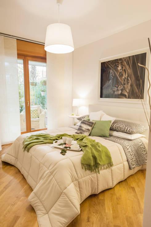 RELOOKING APPARTAMENTO ROMA , BIANCO E VERDE ... LUCE E PICCOLI PARTICOLARI: Camera da letto in stile in stile Moderno di Loredana Vingelli Home Decor