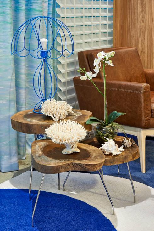 Sala de Praia -  Decora Lider Salvador - 2014: Salas de estar tropicais por Haifatto Arq + Decor