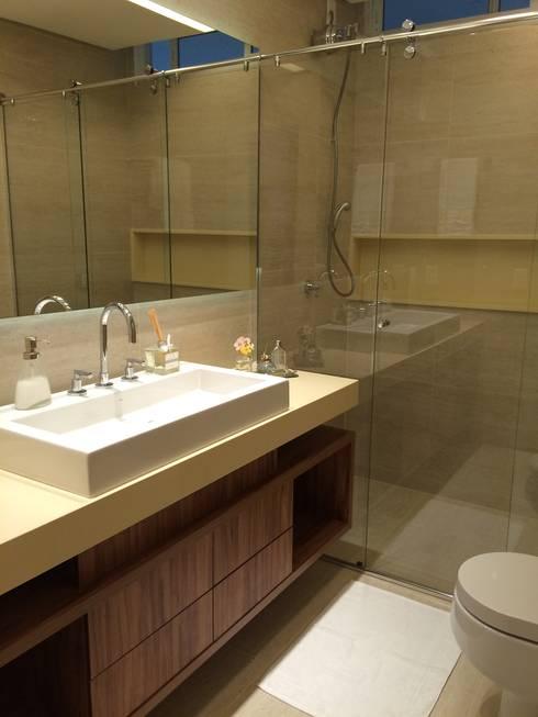 Baños de estilo moderno por Palloma Meneghello Arquitetura e Interiores