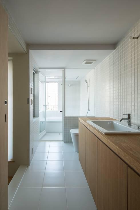 House in Funamachi: MimasisDesign [ミメイシスデザイン]が手掛けた浴室です。