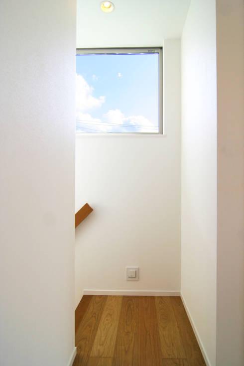 廊下: Mimasis Design/ミメイシス デザインが手掛けた廊下 & 玄関です。