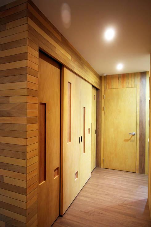 Corredores e halls de entrada  por 비온후풍경 ㅣ J2H Architects
