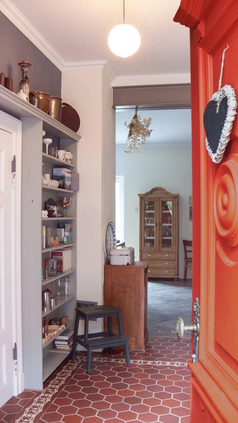 Blick von der Haustür in den Flur auf dem Lothshof:  Flur & Diele von Büro Köthe