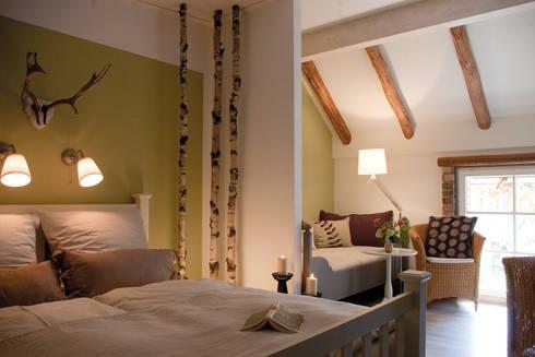 g stezimmer in einem renovierten vierseithof von b ro. Black Bedroom Furniture Sets. Home Design Ideas