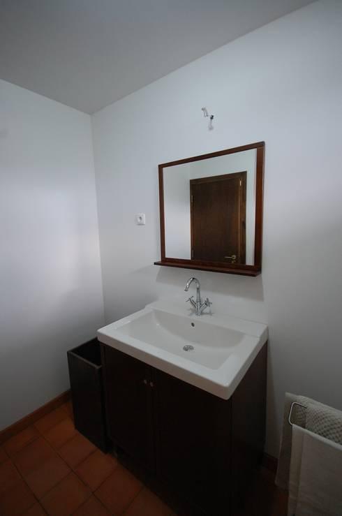 Reabilitação de Casa de Campo: Casas de banho rústicas por Borges de Macedo, Arquitectura.