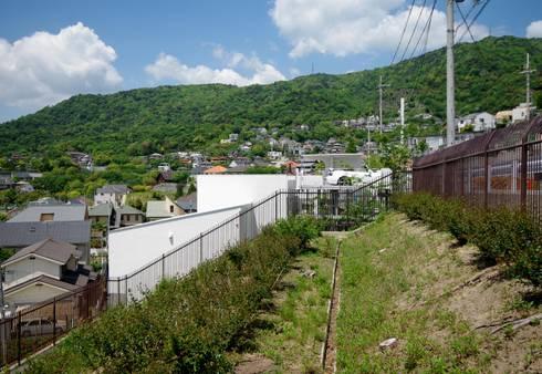 街路からの眺望を妨げない家: Kenji Yanagawa Architect and Associatesが手掛けた家です。