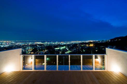 街路からの眺望を妨げない家: Kenji Yanagawa Architect and Associatesが手掛けたベランダです。