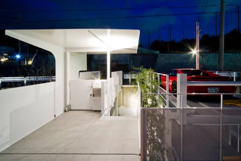 街路からの眺望を妨げない家: Kenji Yanagawa Architect and Associatesが手掛けた廊下 & 玄関です。