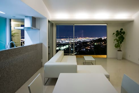 街路からの眺望を妨げない家: Kenji Yanagawa Architect and Associatesが手掛けたリビングです。