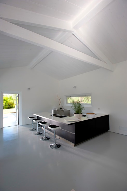 Casa in legno Alma Negra: Cucina in stile  di Progettolegno srl