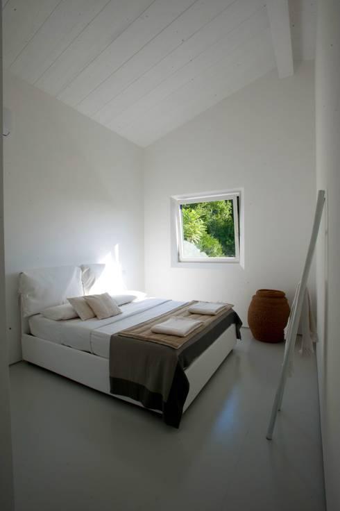 Casa in legno Alma Negra: Camera da letto in stile  di Progettolegno srl