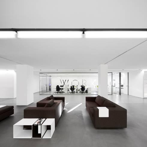REMODELAÇÃO DE LOJA : Escritórios  por Moura Martins Arquitectos