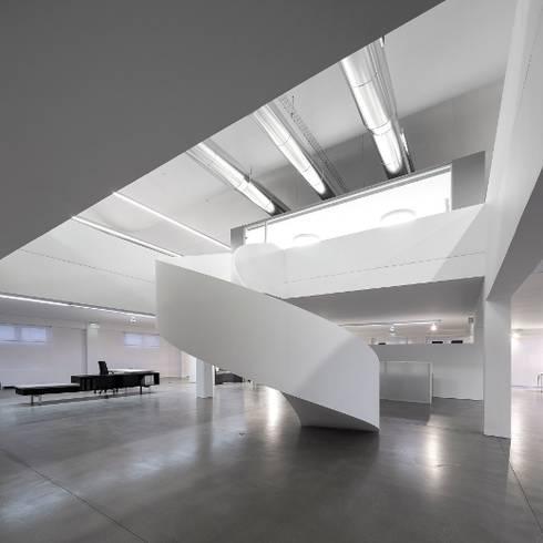 REMODELAÇÃO DE EDIFÍCIO DE ESCRITÓRIOS: Escritórios por Moura Martins Arquitectos