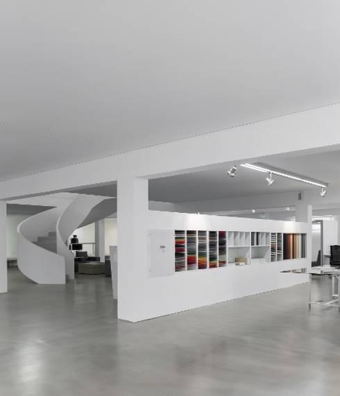 REMODELAÇÃO DE EDIFÍCIO DE ESCRITÓRIOS: Espaços comerciais por Moura Martins Arquitectos