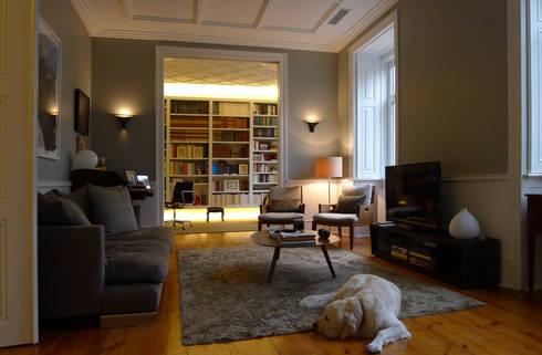 APARTAMENTO ROSA ARAÚJO: Salas de estar clássicas por JOANA MENDES BARATA arquitetura