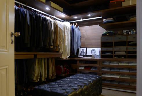 APARTAMENTO ROSA ARAÚJO: Closets clássicos por JOANA MENDES BARATA arquitetura