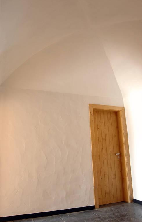 Habitação.Monte Alentejano I.Arraiolos: Corredores e halls de entrada  por BL Design Arquitectura e Interiores