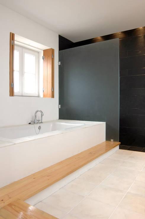 Habitação.Monte Alentejano I.Arraiolos: Casas de banho rústicas por BL Design Arquitectura e Interiores