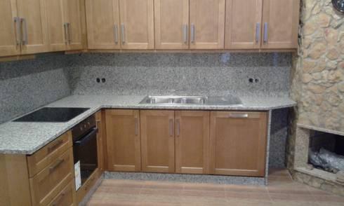 Balcão de Cozinha Granito + Apainelado: Espaços de restauração  por BELGRAN, LDA