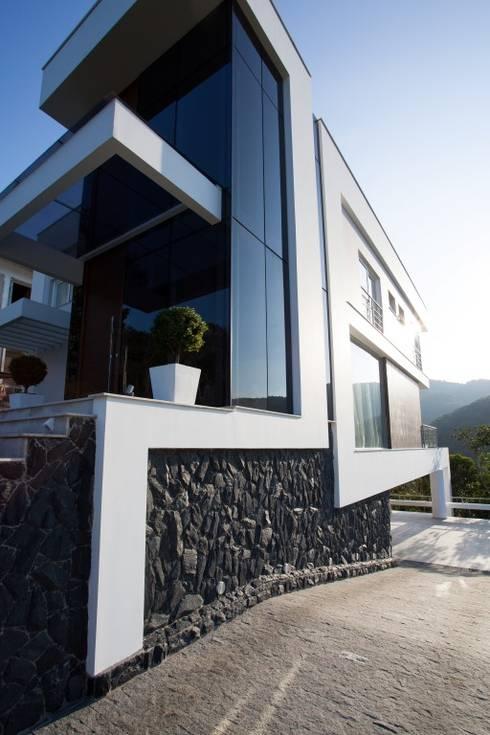 Residência Itajaí/SC : Casas modernas por Lima.Ramos.Lombardi Arquitetos Associados