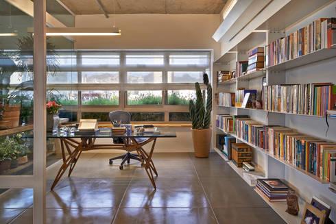 Escritório e Biblioteca: Escritórios  por Piratininga Arquitetos Associados