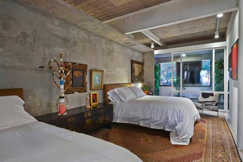 Dormitório casal: Quartos  por Piratininga Arquitetos Associados