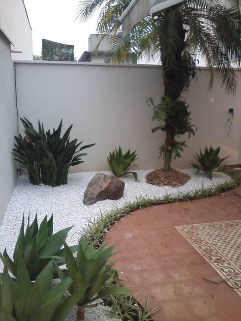 JARDIM Residência: Casas modernas por E|F DESIGN.INTERIORES.PAISAGISMO