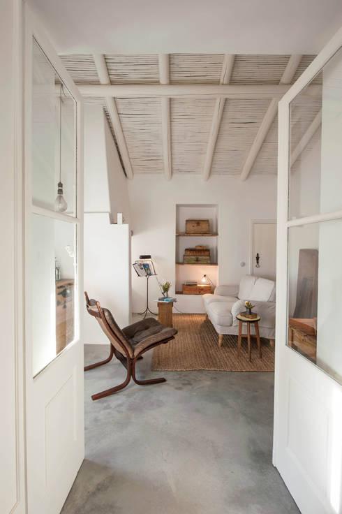Pensão Agricola: Salas de estar mediterrânicas por atelier Rua - Arquitectos