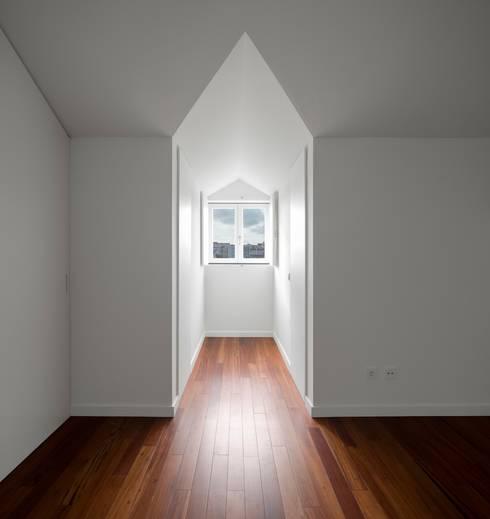 Edifício Chinesas Milagrosas - Vista do quarto: Quartos modernos por Posto9 Arquitectos