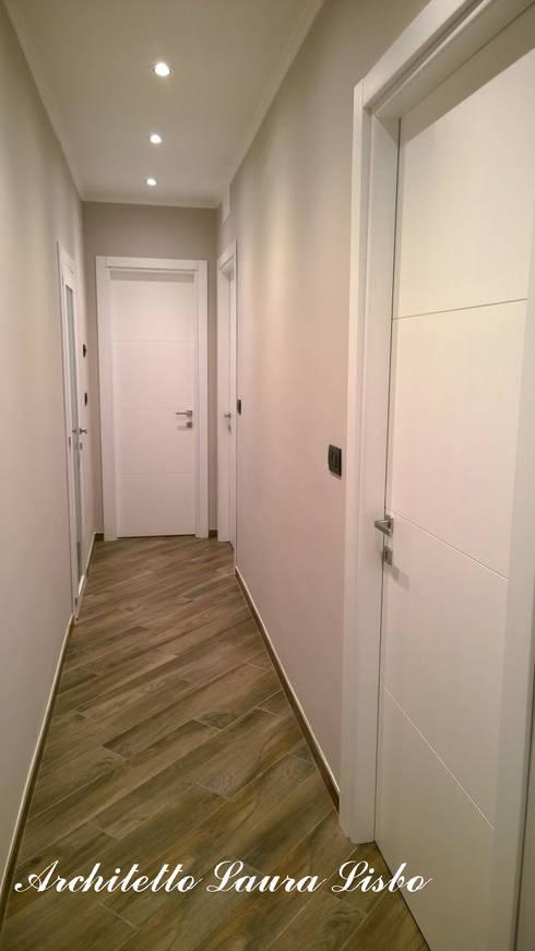 Classico con... brio!: Ingresso & Corridoio in stile  di ARCHITETTO LAURA LISBO