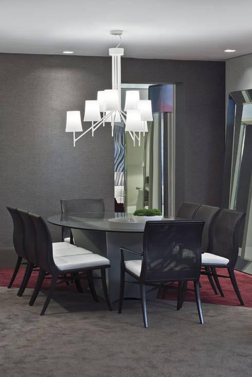 Morar com Arte: Salas de jantar modernas por Yara Mendes Arquitetura e Decoração